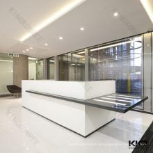 mesa de recepção moderna do escritório da superfície contínua branca e preta