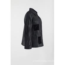 Черное пальто с морщинистой отделкой в морщинистой куртке