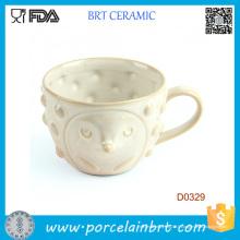 Couverture blanche avec le visage mignon et la tasse en céramique de petits points