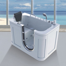 Внутренняя ванная комната с ванной