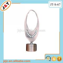 Estirar el poste del metal con la cortina del diamante finial