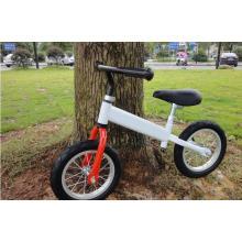 Bicicleta branca do balanço das crianças do pneu do ar
