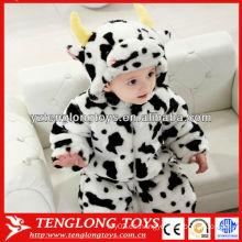 La vaca del estilo de la historieta animal formó el mameluco suave del invierno del bebé al por mayor