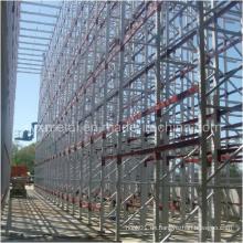 Unterstützte Gebäudeinstallation beim Bau Palettenregal
