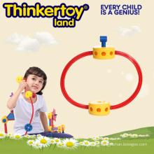 Начинающий игрушечный игрушечный мальчик в детской игровой игре Фонарь