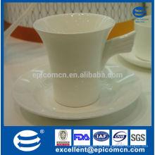 Delicado en forma de taza de café de cerámica blanca con platillo nuevo hueso china