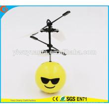 Moda encantadora interesante mini juguete bola de vuelo Cool Emoji cara Heli bola para niños