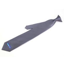 O logotipo feito sob encomenda faz seus próprios grampos de gravata em laços