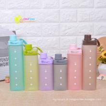 A garrafa de água plástica da cor quadrada livre dos doces da forma de BPA com punho ostenta a garrafa de água