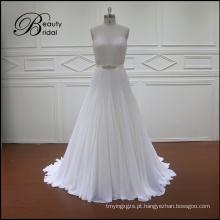 A linha de contas e cristais vestido de noiva nupcial