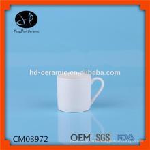 Weißer leerer Kaffeebecher für Verkauf, einfache keramische Becher mit kundenspezifischem gedrucktem Entwurf