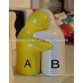 Clásico de cerámica sal pimienta contenedor con forma de abrazo para BS09221