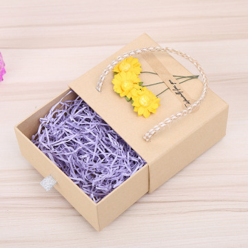 Geschenkbox aus recyceltem Kraftpapier mit Seilgriff