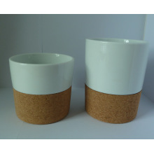 Taza de porcelana con fondo de corcho