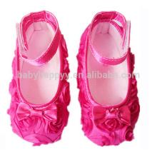 Flores rosadas de las muchachas de lujo que bailan los zapatos Zapatos baratos estupendos del bebé