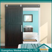Классическая дверь сарая из массива дерева высокого качества