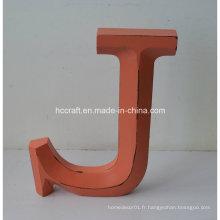 Lettres artisanales en bois dans l'artisanat populaire pour la décoration intérieure