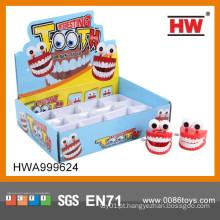 Plástico engraçado acima dos dentes do plástico do brinquedo