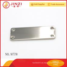 Níquel color shinny aleación de zinc metal etiqueta en blanco