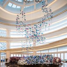 Araña de lámpara de cadena de cristal larga de arte personalizado para bodas