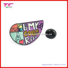 Emblème en métal émaillé multicolore en forme spéciale