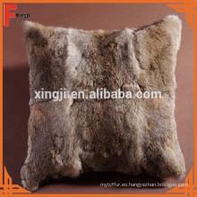cojín de liebre de color marrón natural para sofá