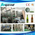 Botella de vidrio que llena la máquina que capsula para la cerveza de la bebida suave