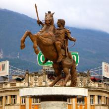 soldado guerreiro de bronze na estátua do cavalo
