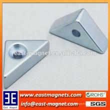 Imán de neodimio plateado cinc del triángulo con el agujero del avellanado / el imán especial de encargo de la forma
