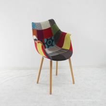 Chaise en bois de haute qualité avec siège en tissu souple coloré
