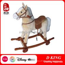Novo design de madeira cavalo de balanço com rodas para crianças