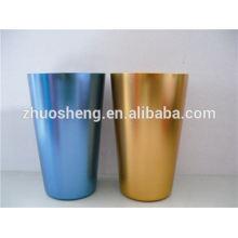 taza de cerámica de moda con mosquetón