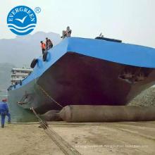 Navio marítimo do salvamento que lança o airbag de borracha de levantamento