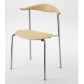простой металлический обеденный стул с деревянным сиденьем