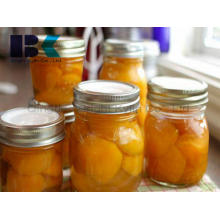 Diversos sabores de conservas de pêssego amarelo em calda