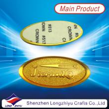 Arbeiten Sie neues kundenspezifisches prägeartiges Logo-Goldaufkleber-metallisiertes Aufkleber-Nummernschild um