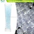 El brillo azul del agua del suelo cristalino rebordea la decoración de la boda