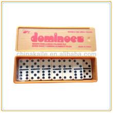Dominoe in Kunststoffbox gesetzt