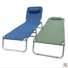cama de acampamento com travesseiro