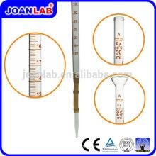 Лаборатории Джоан стеклянной пипеткой с резиновой грушей