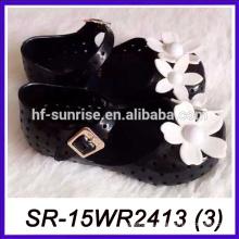 La hebilla del velcro embroma los zapatos de la flor del pétalo de los niños la melisa del melissa calza las sandalias de la jalea