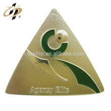 Usine ventes directes faites sur commande de forme triangulaire en métal lettrage badge épinglette