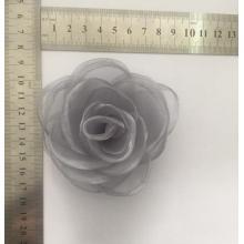 Pin flor gris con tela