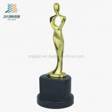 Suministre el trofeo de los premios Grammy de alta calidad en metal dorado.