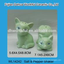 Прекрасная зеленая керамическая соль и перечные шейкеры