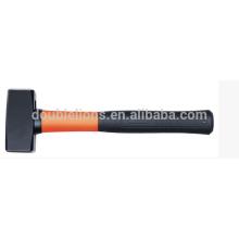 забивание молотком с беленой деревянной ручкой
