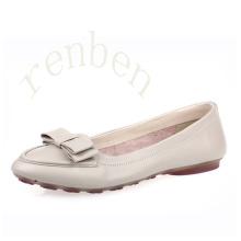 Sapatos de balé de mulheres novas