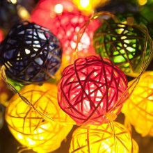 A bola festiva do Rattan das fontes conduziu a luz do feriado