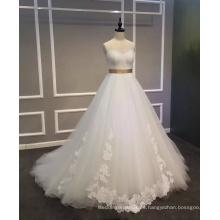 Una línea de vestido de novia con apliques y cinturón de satén