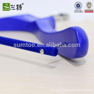 Cintre de costume en bois bleu avec barre de velours